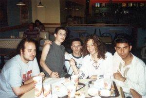 El staff de Ran, hace alrededor de 20 años atrás, en un conocido local de comidas rápidas de Corrientes y Callao.